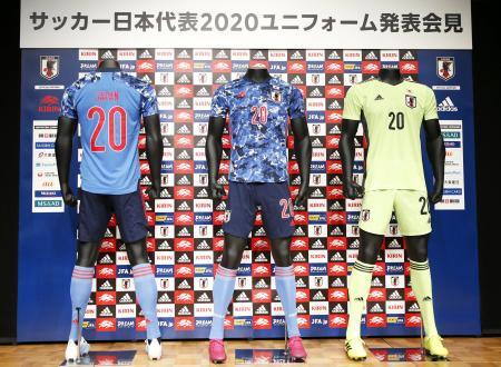 日本サッカー協会が発表した日本代表の新ユニホーム=6日午後、東京都文京区