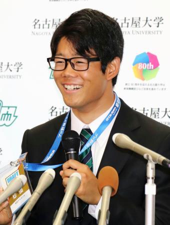 中日から指名あいさつを受け、記者会見する名大の松田亘哲投手=7日、名古屋市