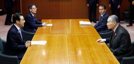 東京五輪のマラソンと競歩の札幌開催について秋元克広市長(左手前)と会談する組織委の森喜朗会長(右手前)=7日午後、札幌市中央区