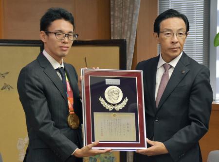記念撮影する競歩の山西利和(左)と西脇隆俊京都府知事=7日、京都市