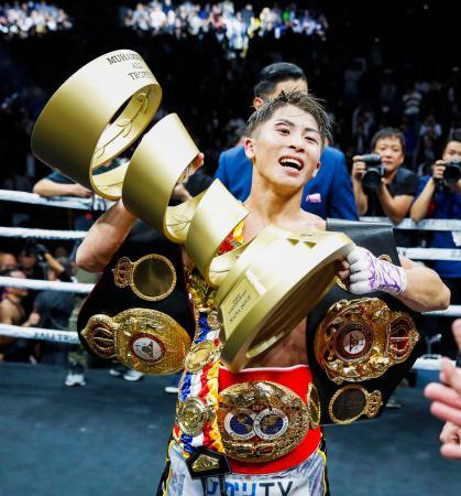 ワールド・ボクシング・スーパーシリーズのバンタム級決勝で勝利し、トロフィーを手に喜ぶ井上尚弥=7日、さいたまスーパーアリーナ