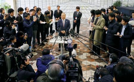 取材に応じる東京五輪・パラリンピック組織委の武藤敏郎事務総長=8日午後、札幌市役所