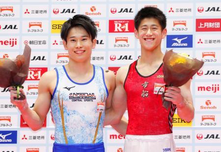 初優勝し、笑顔の橋本大輝(右)と2位の萱和磨=高崎アリーナ