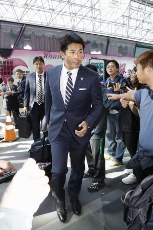帰国のため台湾の桃園国際空港に到着した野球日本代表の稲葉監督=9日(共同)