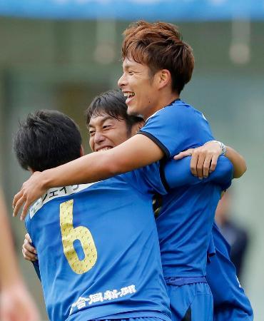 大分―G大阪 後半、決勝ゴールを決め、チームメートと喜ぶ大分・岩田(右上)=昭和電ドーム