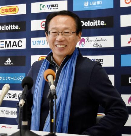 FC今治のJ3昇格が決まり、記者会見で笑顔の岡田武史氏=10日、愛媛県今治市