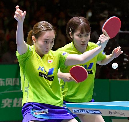 女子決勝 中国戦の1試合目でプレーする石川(左)、平野組=東京体育館