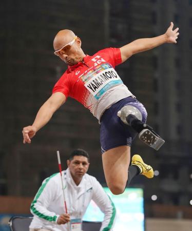 男子走り幅跳び(義足)で3位に入った山本篤。東京パラリンピック代表に内定した=ドバイ(共同)