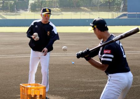 打撃指導をするソフトバンクの平石1軍打撃兼野手総合コーチ(左)=宮崎市