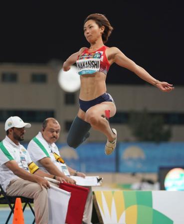 女子走り幅跳び(義足) 5メートル37で優勝した中西麻耶=ドバイ(共同)