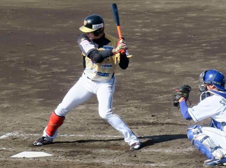 12球団合同トライアウトで打席に立つ西岡=大阪シティ信金スタ