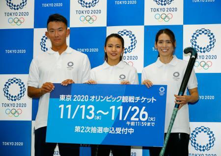 2020年東京五輪チケットの2次抽選販売のイベントに参加した(左から)ビーチバレー男子の高橋巧選手、ホッケー女子の瀬川真帆選手と内藤夏紀選手=13日午前、東京都中央区