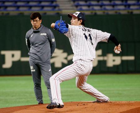 建山コーチが見守るなか、マウンドで投球練習する岸=東京ドーム