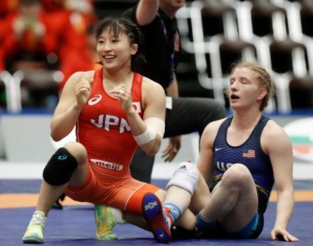 米国選手(右)を破り、笑顔の須崎優衣=成田市体育館