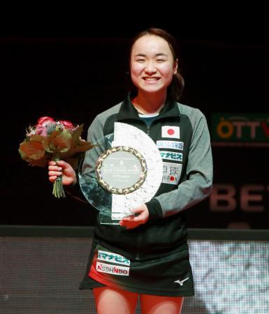 オーストリア・オープンの女子シングルスで優勝し笑顔の伊藤美誠=リンツ(国際卓球連盟提供・共同)