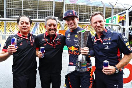 レース後、祝福を受けるフェルスタッペン(右から2人目、ゲッティ=共同)