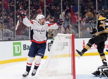 16日のブルーインズ戦でゴールを喜ぶキャピタルズのエフゲニー・クズネツォフ=ボストン(USA TODAY・ロイター=共同)