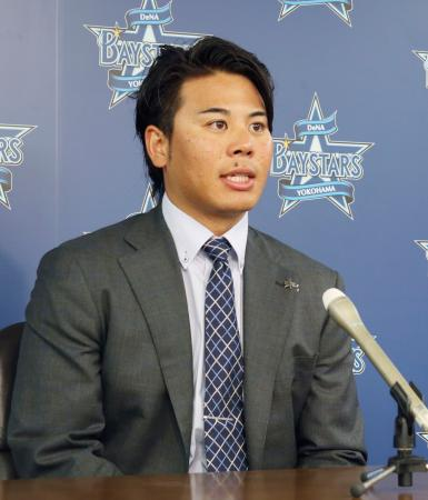 契約更改を終え、記者会見するDeNAの浜口遥大投手=18日、横浜市