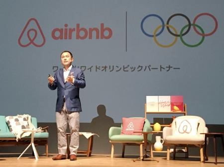 記者会見するエアビーアンドビー日本法人の田辺泰之代表取締役=19日午前、東京都内