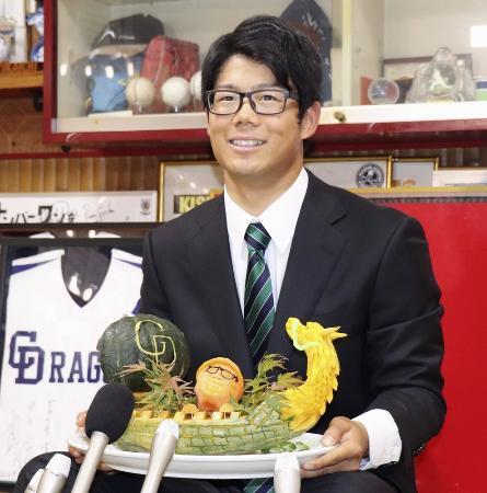 中日へ入団が決まり、記者会見する名大の松田亘哲投手=11月11日、名古屋市