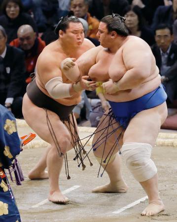 碧山(右)を攻める白鵬=福岡国際センター