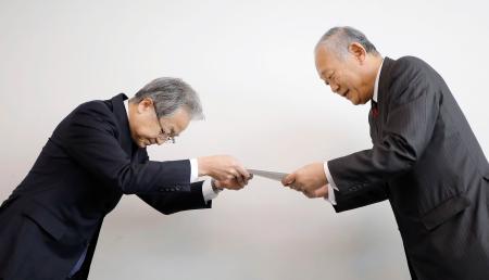 中島隆信座長(左)から答申を受け取る日本高野連の八田英二会長=20日午前、神宮球場