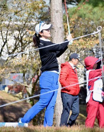 女子ゴルフの大王製紙エリエール・レディースのプロアマ戦でショットを放つ諸見里しのぶ。今大会を最後に第一線を退くと発表した=20日、エリエールGC松山