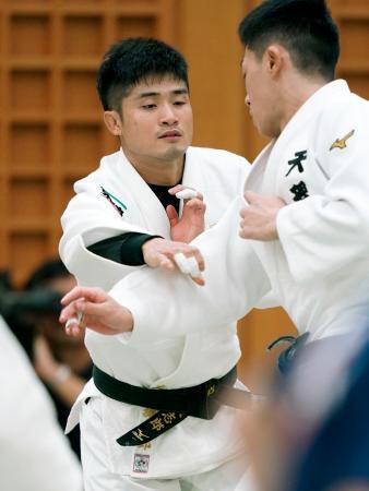 調整する丸山城志郎(左)=丸善インテックアリーナ大阪