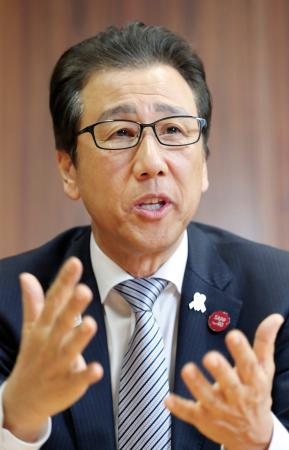 共同通信のインタビューに応じる札幌市の秋元克広市長=20日午後、札幌市役所