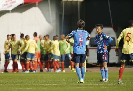 日本―コロンビア 後半、コロンビアに2点目を許し、厳しい表情の久保建(右)=Eスタ