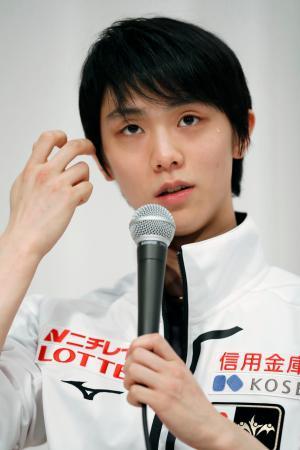フィギュアNHK杯の開幕を前に、記者会見で質問に答える羽生結弦=札幌市内のホテル