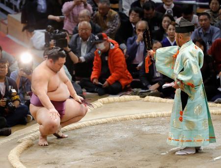 琴勇輝を下し、勝ち名乗りを受ける朝乃山=福岡国際センター