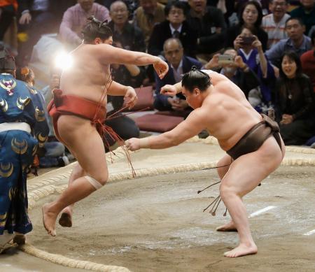 白鵬(右)が押し出しで阿炎を下す=福岡国際センター