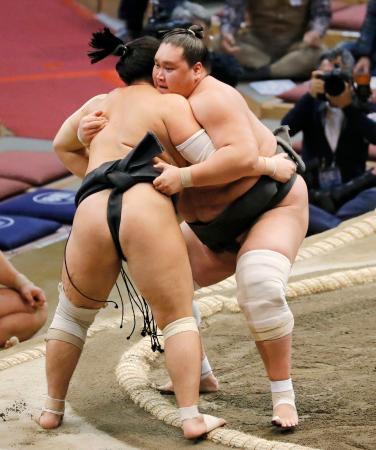 照ノ富士(右)が寄り切りで対馬洋を破る=福岡国際センター