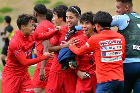 全国地域チャンピオンズリーグの決勝ラウンドで、決勝ゴールを決め喜ぶ日高大選手(右から3人目)といわきFCイレブン=22日、福島県のJヴィレッジ