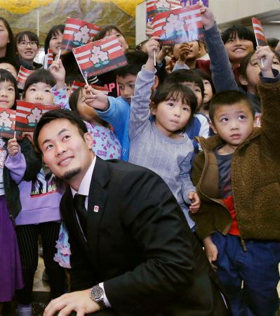 福岡県庁で行われた感謝状贈呈式で、地元の小学生らと記念撮影するラグビーW杯日本代表の福岡堅樹選手=22日午後