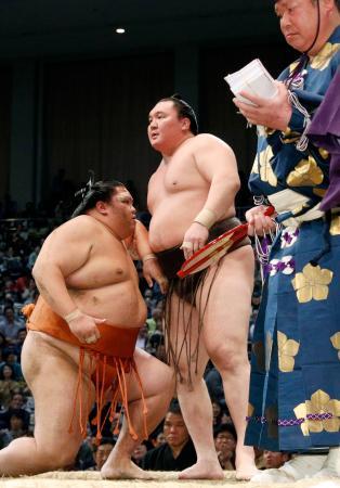 大相撲九州場所14日目で御嶽海(左)を下し、43度目の優勝を決めた白鵬=23日、福岡国際センター