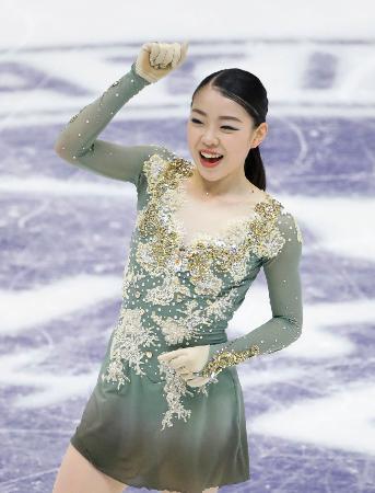 女子フリーの演技後、笑顔でガッツポーズする紀平梨花。2位に入りファイナル進出を決めた=真駒内セキスイハイムアイスアリーナ