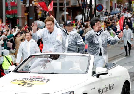 プロ野球で3年連続日本一を達成し、福岡市内で行われた祝賀パレードでファンの声援に応えるソフトバンクの(左から)柳田選手会長、王球団会長、工藤監督=24日