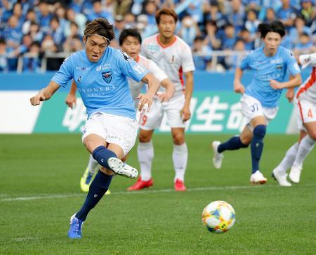 横浜FC―愛媛 前半、先制のPKを決める横浜FC・皆川=ニッパツ球技場
