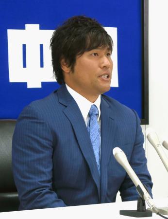 契約更改交渉を終え、記者会見する中日・平田=24日、ナゴヤ球場