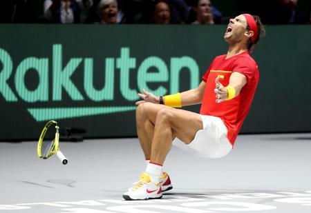 優勝を決め倒れ込むスペインのラファエル・ナダル=マドリード(ゲッティ=共同)