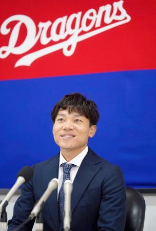 契約更改交渉を終え記者会見する中日・大島=25日、ナゴヤ球場
