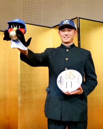 ヤクルトとの入団交渉を終え、記者会見でポーズを取る星稜高の奥川恭伸投手=25日、金沢市内のホテル