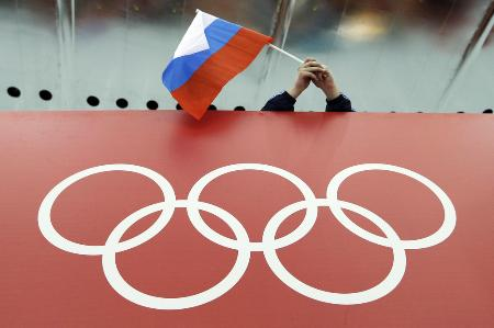 五輪マークの上に掲げられるロシア国旗=ソチ(AP=共同)