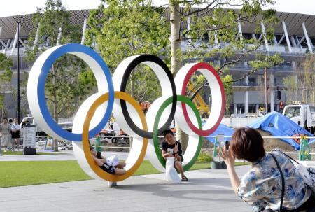 新国立競技場と五輪マークのモニュメント=8月、東京都新宿区