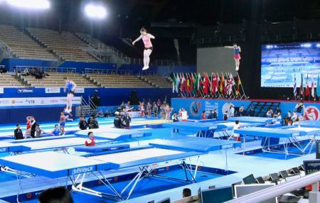 トランポリンの世界選手権を前に、東京五輪会場となる有明体操競技場で行われた公式練習で調整する選手ら=26日