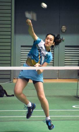 女子シングルスの予選でプレーする高橋明日香=駒沢体育館