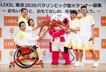 2020年東京パラリンピックの聖火ランナー募集開始発表会で、ポーズをとる男子テニスの錦織圭選手(右端)、パラ陸上の佐藤圭太選手(右から2人目)ら=27日午後、東京都内