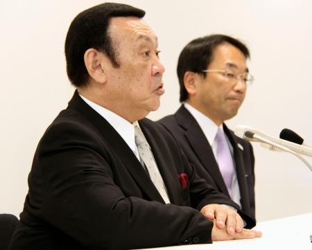退任が決まり、記者会見する全日本テコンドー協会の金原昇会長。奥は検証委の境田正樹委員長=27日午後、東京都内